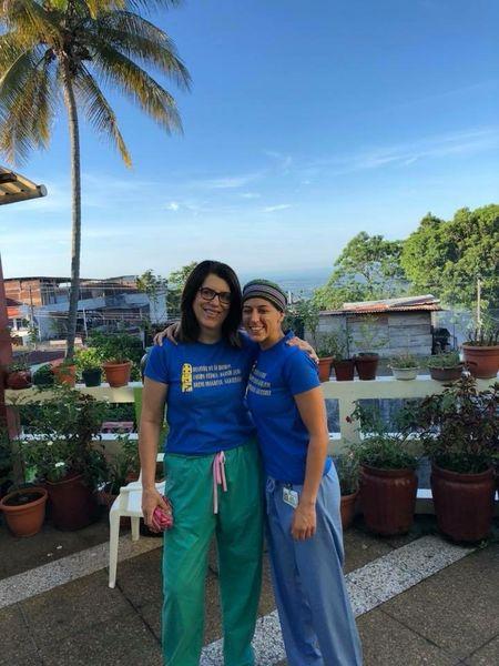 Hospital de la Familia Foundation doc volunteers in tshirts