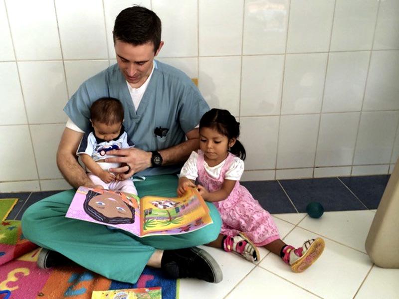 Hospital de la Familia Foundation doc volunteer with children