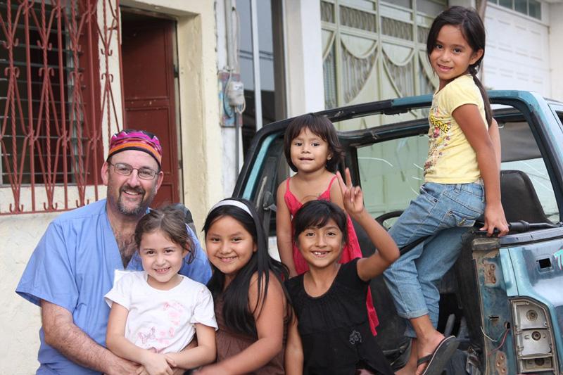 Hospital de la Familia Foundation local chidren in Guatemala with doc volunteer